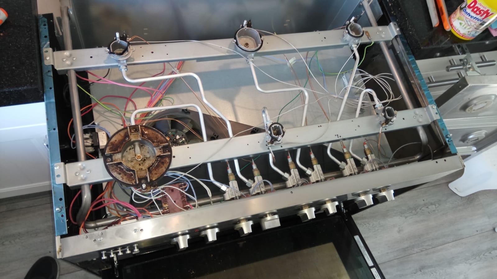 De oven waarvan de bovenplaat is verwijderd